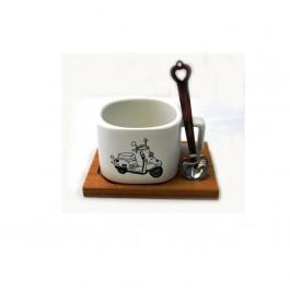Керамична чаша с метална лъжица на бамбукова поставка