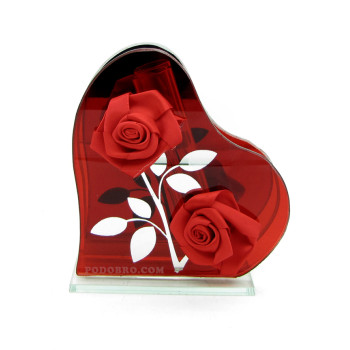 Стъклена вазичка във формата на сърце с рози - подарък за 8-ми март