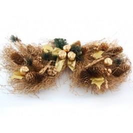 Коледна украса с красиви декоративни борови клонки, шишарки и панделка