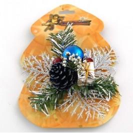 Коледна украса с красиви декоративни борови клонки и шишарки