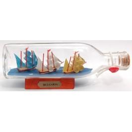 Три сувенирни кораба-макет в стъклена бутилка на декоративна дървена поставка