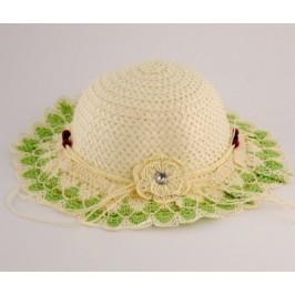 Красива плетена шапка с декорация цвете и дървени мъниста