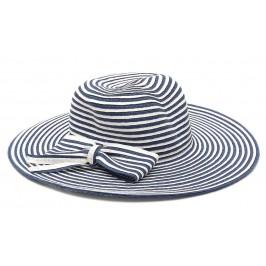 Красива шапка с голяма периферия