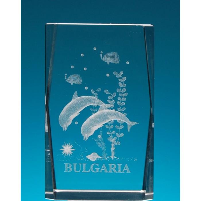 Безцветен стъклен куб с триизмерно гравирани два делфина и рибки