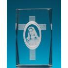 Безцветен стъклен куб с триизмерно гравирани Дева Мария и кръст