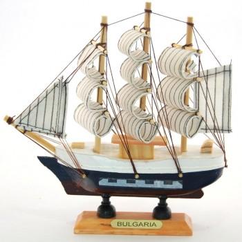 Сувенирен кораб-макет на декоративна дървена поставка