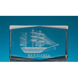 Безцветен стъклен куб с триизмерно гравиран кораб с платна