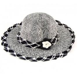 Красива плетена шапка с декоративен кант и цвете