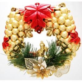 Коледна украса за окачване - тематично аранжиран PVC венец за врата, декориран с борови клонки