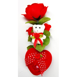 Красива червена роза от меко кадифе с бяло мече върху от велур