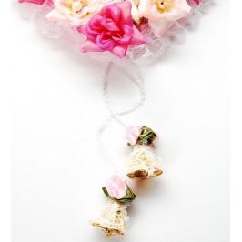Декоративно сърце с две влюбени плюшени мечета, изработено от нежна дантела, стилни рози от плат и камбанки