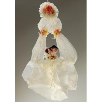 Красиво украсена люлка с две влюбени човечета(мечета)