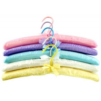 Луксозна закачалка за дрехи, облечена в цветен сатен