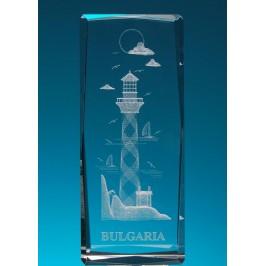 Безцветен стъклен куб с триизмерно гравиран фар с малки патноходки