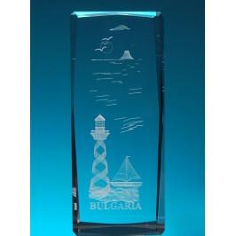 Безцветен стъклен куб с триизмерно гравиран фар с платноходка