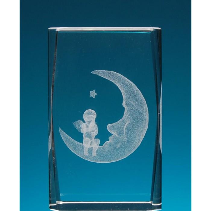 Безцветен стъклен куб с триизмерно гравирана луна с ангелче