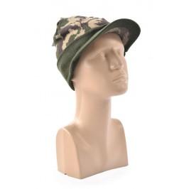 Дамска плетена шапка с мини козирка