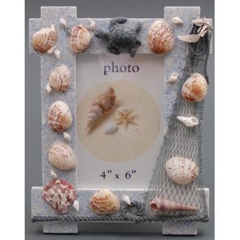 Декоративна дървена рамка за снимка декорирана с миди, рапани и декоративна фигурка