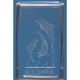 Безцветен стъклен куб с триизмерно гравирани три делфина и надпис България