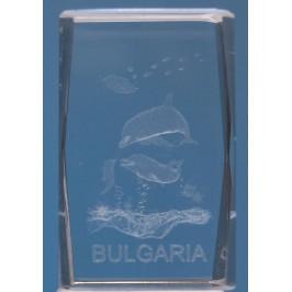 Безцветен стъклен куб с триизмерно гравирани три делфина, малки рибки и надпис България