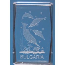 Безцветен стъклен куб с триизмерно гравирани четири делфина и надпис България