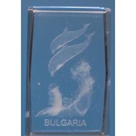 Безцветен стъклен куб с триизмерно гравирани два делфина над големи вълни и надпис България