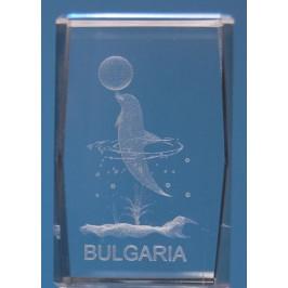 Безцветен стъклен куб с триизмерно гравирани делфин с топка и обръчи, надпис България