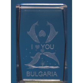 Безцветен стъклен куб с триизмерно гравирани четири делфина с две сърца и надпис България