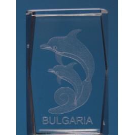 Безцветен стъклен куб с триизмерно гравирани два делфина и надпис България