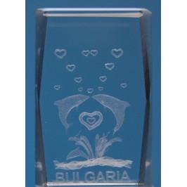 Безцветен стъклен куб с триизмерно гравирани два делфина със сърца и надпис България