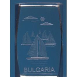 Безцветен стъклен куб с триизмерно гравирани платноходки и надпис България