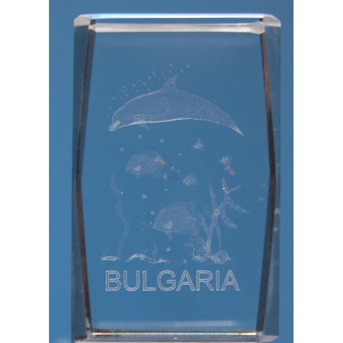 Безцветен стъклен куб с триизмерно гравирани - делфин с рибки около него и надпис България