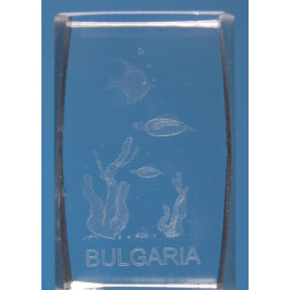 Безцветен стъклен куб с триизмерно гравирани - три рибки, водорасли и надпис България