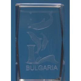 Безцветен стъклен куб с триизмерно гравирани - три делфина, каменна колона, амфора и надпис България