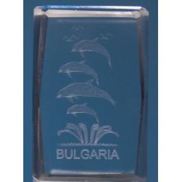 Безцветен стъклен куб с триизмерно гравирани - четири делфина и надпис България