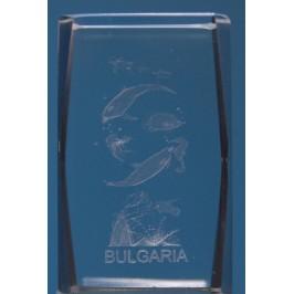Безцветен стъклен куб с триизмерно гравирани - делфини и надпис България
