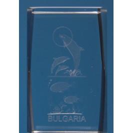 Безцветен стъклен куб с триизмерно гравирани - три делфина, две рибки и надпис България