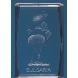 Безцветен стъклен куб с триизмерно гравирани - парашутисти и надпис България