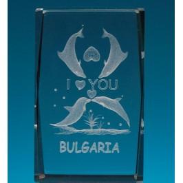 Безцветен стъклен куб с триизмерно гравирани четири делфина и надпис I LOVE YOU
