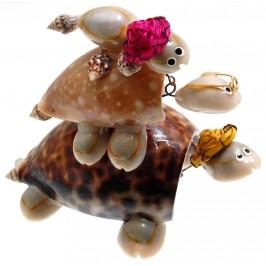 Декоративна фигурка - три костенурки една върху друга - изцяло направена от миди и рапанчета