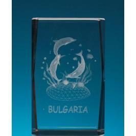 Безцветен стъклен куб с триизмерно гравирани три делфина