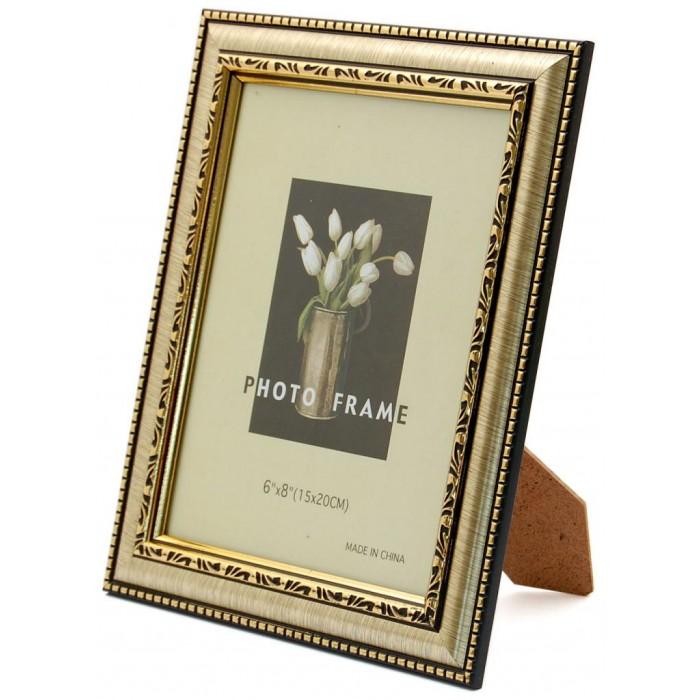 Красива фоторамка за снимки, украсена с декоративни златисти орнаменти