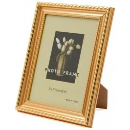 Красива фоторамка за снимки, украсена с декоративни златисти кантове с орнаменти