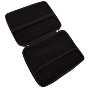 Чанта за лаптоп 12 инча, оборудвана е с отделение за периферия, захранванщи кабели и уплътнена вътрешност за по-добро предпазване