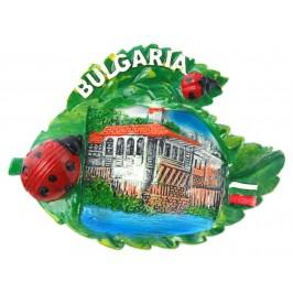 Декоративна релефна фигурка с магнит във формата на листа с калинки - стара българска къща
