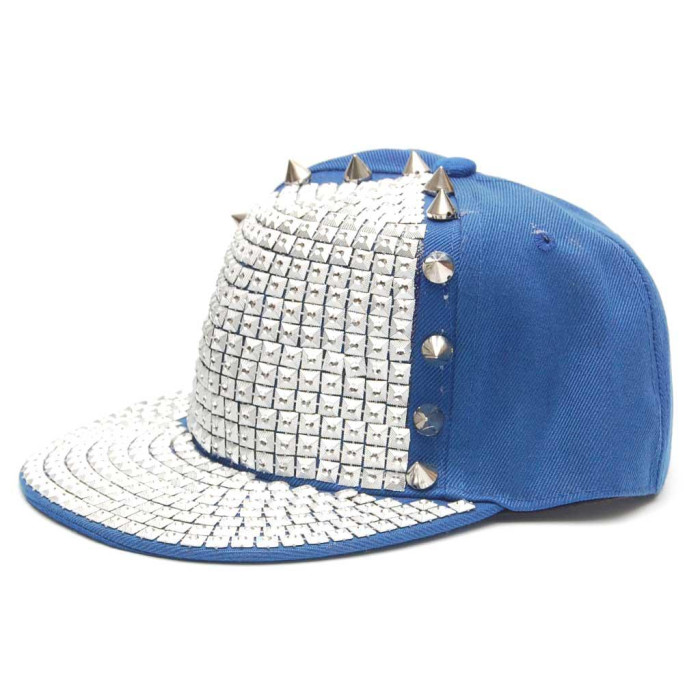 Спортна лятна шапка с шипове и капси