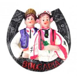 Магнитна релефна фигурка във формата на подкова с мъж и жена в народни носии - България