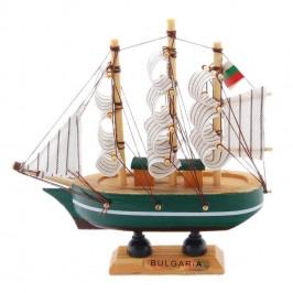 Малък ветроходен кораб - макет, изработен прецизно в детайли