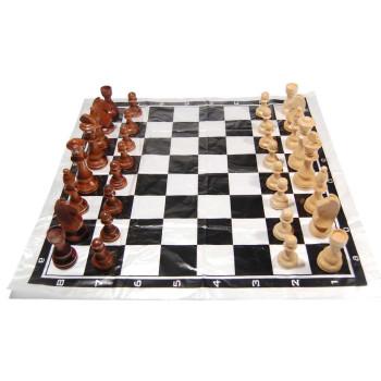 Шахматно килимче с дървени фигури