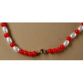 Мартеница колие перли с орнаменти бяло и червено - 22см